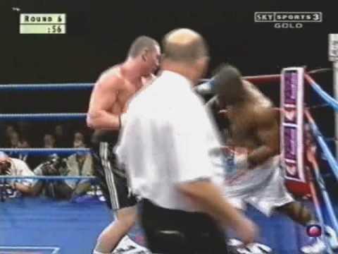Πυγμάχος νικάει με knock out με βγαλμένο τον ώμο του στον τελευταίο γύρο